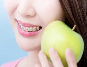 aparat kobieta z jabłkiem
